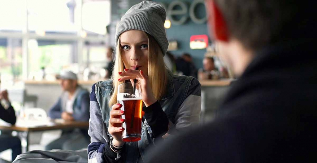 hipster-girl-drinking-beer-in-the-restaurant-and-chatting-with-her-friend_hvrlbjnc_thumbnail-full01.jpg